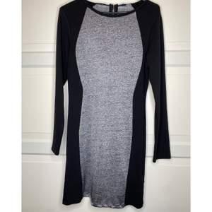 Supersnygg klänning som passar perfekt till fest eller till vardags för den vågade😍 Lappen är bortklippt men är ganska säker att den är från H&M och gissar på en storlek M! Bör fungera även för en L☺️ {Köpare står för frakt eller hämtar i Upplands Väsby!}