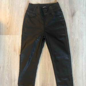 Faux leather byxor Helt nya Gummiband i midjan av sidorna