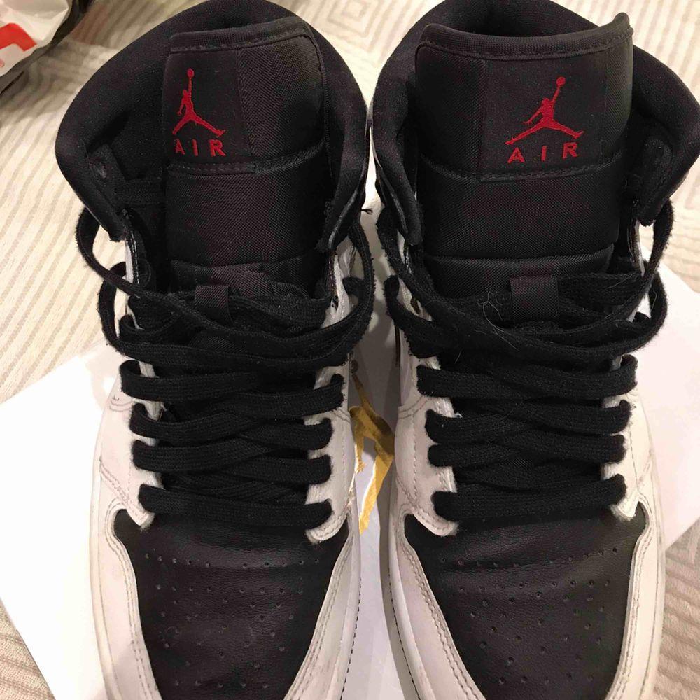 Air Jordan 1 mid Storlek 39 Köptes på Footlocker i Gallerian i somras. Nypris: 1100kr Skokartong, kvitto, påse etc ingår. Säljer pga jag inte får någon användning för dem.  Högsta budet är på 900kr just nu!. Skor.