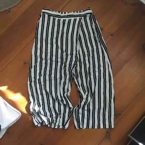 Supercoola kostymbyxor (culottes) från Weekday. Fint skick och knappt använda. 250kr inkl. Frakt