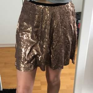 Säljer min superfina kjol från BikBok. Perfekt att ha på nyår. Använde den på nyår för 1 år sedan så den är typ helt ny. Det står att det är en XS men den är väldigt stretchig så kan användas som en S/M . Orginalpris 399kr. Frakten är inkluderad i priset