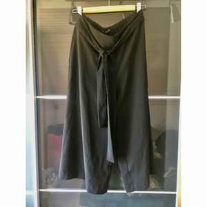 Snygga och oanvända culotte/kostymbyxor med snörning från Zara. Jag är vanligtvis en small/medium men köpte dessa i large för att få upp dem i midjan. Dock användes dessa aldrig och har enbart legat i garderoben. Pris + frakt 150kr