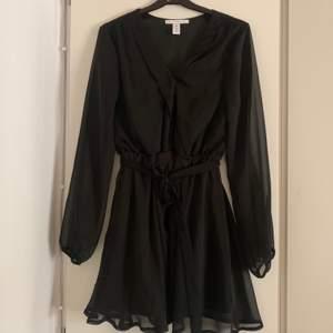 Svart klänning från Nelly, köpt för några år sedan men endast använd en gång så därför i mycket bra skick. Knytband i midjan. Storlek 38. Köparen står för frakt (63 kr)
