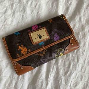Vintage Ralph Lauren wallet ! Has space for a passport! Really good condition, barely used. Original price was 1200 kr selling for 450 ! Meet up in stockholm or pay for shipping 💞