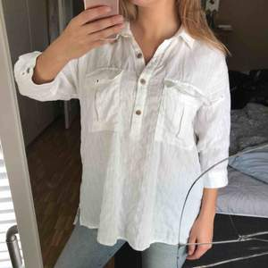 Superfin och fräsch linneskjorta (36%), använd en gång! Träknappar och är längre, snyggt att ha den som den är eller stoppa in i byxorna 😎 frakt 40kr. Köpt för 399 nåt år sen