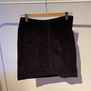Manchester kjol i mörk mörkblå. Dragkedja fram. Skulle säga att stl är en större S, den är tyvärr för stor för mig och aldrig använd. 1499 i butik.