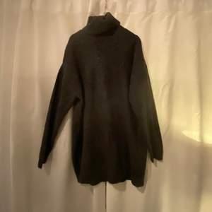 Säljer denna stickade klänningen från newyorker. Knappt använd så super bra skick. Super snygg till strumpbyxor!! Köptes för 200 och säljer för 120!