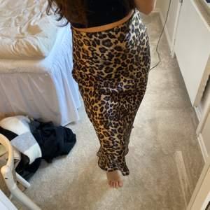 Fin leopard kjol i silke. Knappt använd så bra kvalite. Frakt tillkommer om man inte kan mötas upp i Växjö eller Emmaboda