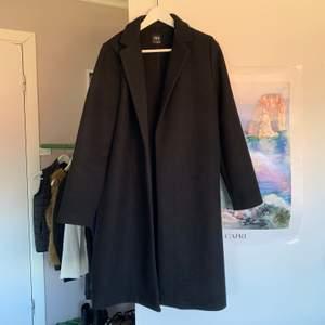 En enkel skön stilren kappa som aldrig blev använd tyvärr. Jag brukar ha XS men köpte dennna i L för att den skulle sitta oversize, hör av dig för bilder!💕Helt ny. Nypris 400kr☺️