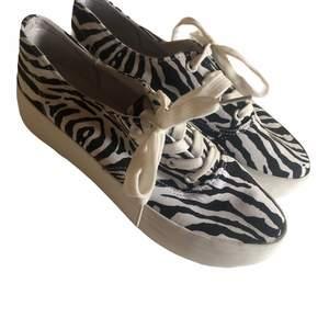 Säljer dessa skor då de ej passade mig, fräscha och bra skick. Det står att de är i storlek 40 men jag skulle säga att de är 39. 🌸🌸