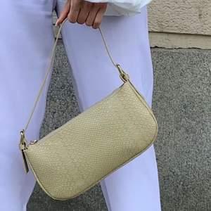 Super snygg och trendig väska från by Bianca. Den är väl använd men har inga defekter. Den har även en inneficka i. Nypris ca 500kr💖💖