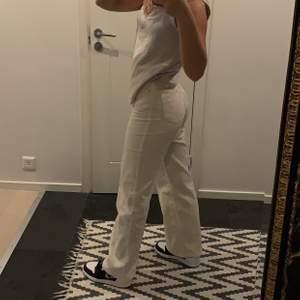 Superfina Vida jeans från Monki i Manchester tyg. Modellen Yoko. Är ungefär 165 och de sitter hela vägen ner till foten, strl 34. Älskar dem men säljer pga ingen användning helt enkelt💓 knappt använda så säljer vid bra pris