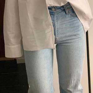Ljusblå ribcage ankle jeans från Levis🌻 sitter tightare över rumpan och låren och sen är de raka💛                                                                 Midjemått: 31,5 cm (rakt över)                               Innerbenslängd: 73 cm.                                           All bud är exklusive frakten 📦
