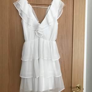 Super din klänning som passar perfekt till en sommardag eller studenten. Använd 2 gångar men syns eller märks inte. Skriv för frågor eller annat💞💞