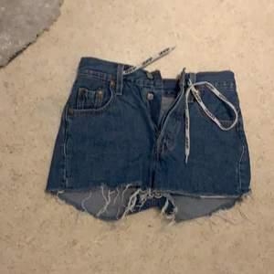 Säljer mina short från Levis och min svarta cargo kjol från bershka