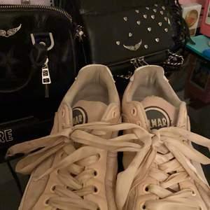Säljer nu mina älskade colmar sneakers. Endast använda ett fåtal gånger då de blev förstora för mig! Har fortfarande inte växt in i de, men returrätten hade gått ut så de gick ej att skicka tillbaka. Storlek 36 men skulle säga att den är som i 37-38 ❤️