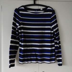 GANT, tunt stickad tröja blå/vit randig. Sparsamt använd. Köparen står för frakt. (Kan skickas som brev då blir frakten billigare, men då är det ej spårbart)