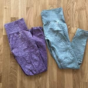 Säljer två av mina gymshark vital seamless tights i storlek M. Inga hål. Ett par för 350kr, båda för 600kr. Tightsen till höger är grå-gröna i färgen, ser mer gråa ut på bilden då färgen ej kommer fram så bra. Köparen står för frakt