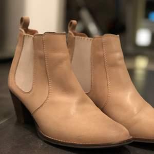 Riktigt snygga beiga skor med liten klack i Storlek 39🥰 fint skick men inte helt nya!! Köp direkt för 250  😊 starta buda vid 130, högsta bud 250kr! Köparen står för frakten!!
