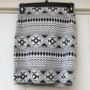 Kort, svartvit, mönstrad kjol! Supersnygg men används inte längre💞