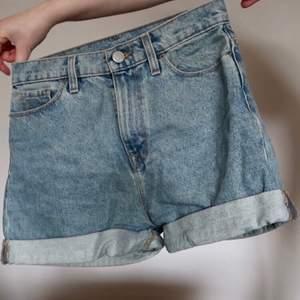 Älskade jeansshorts som tyvärr inte passar mig längre. Passar ca XS. Inköpta på urban outfitters.