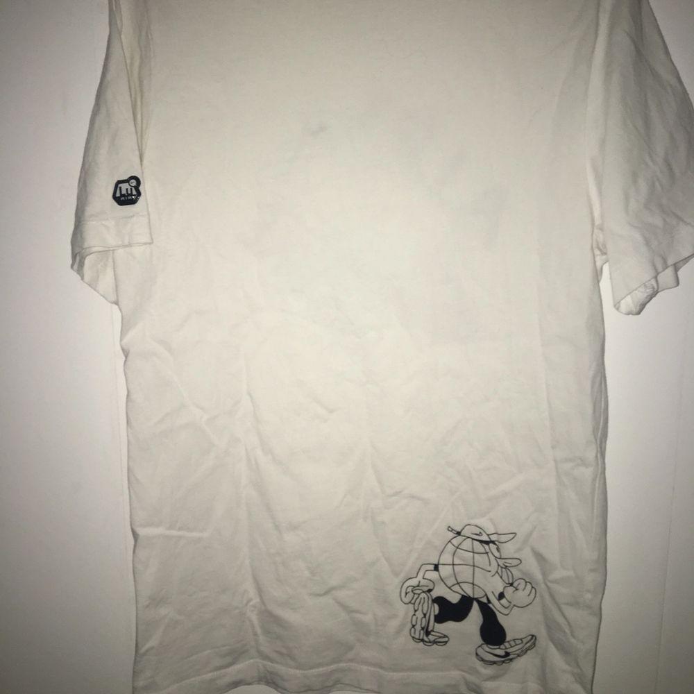 En snygg vit nike tee, den är i bra skick o har bara legat i gaderoben sedan den var köpt! Den är ganska oversize. T-shirts.