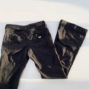 Lowwaist/midwaist bootcut-jeans från Armani i storlek 26. säljer pga för små för mig. Enda defekten syns på tredje bilden där det är slitet nere vid sömen på ena byxbenet, annars är de i väldigt fint skick :) De är lite för långa på mig som är 155cm för längdreferens!