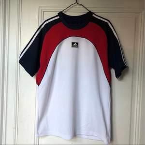 Vintage adidas t-shirt. Superfint skick, inga fläckar eller hål.