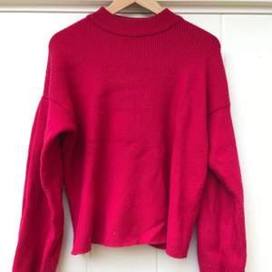 Väldigt skön och mysig tröja i rosa! Stora armar o lös vid midjan, samt en liten krage vid halsen. 💓