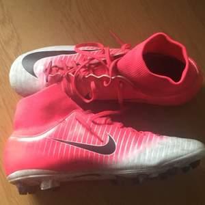 Säljer dessa Nike fotbollsskor pris går att diskuteras