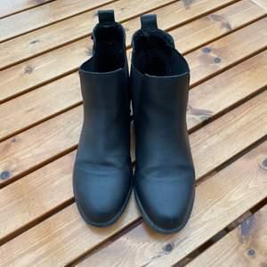 Vårskor i storlek 38 är lite använda. Från din sko. Säljs för 100kr plus frakt, kan mötas upp i Kungsbacka. 🌸Katt finns i hemmet🌸