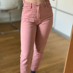 Säljer mina absolut favoritjeans då de nu är för små :(( verkligen jättefin färg. Modellen är skinny jeans och köptes på monki i Norge. Är 157cm lång. Storleken är XS-S.