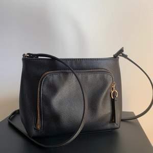 En handväska i enkel design m som passar fint till tillfällen!