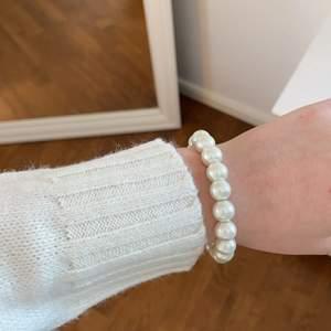 Trendigt armband med pärlor