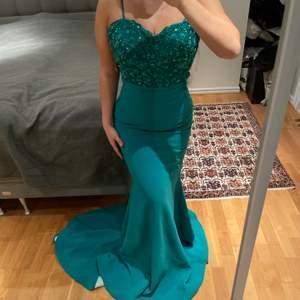 En vacker smaragdgrön balklänning i storlek S. Klänningen är endast använd en gång men det är i nytt skick. Budgivning startar på 1000kr i komentarsfältet, köp direkt för 1300kr. Köparen står för frakt! (Budgivningen avslutas 15 april)