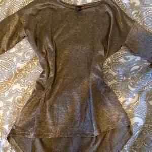 Säljer denna tröja i ett interesant material eftersom att den inte kommer till användning hos mig, är i ett fint hållbart material och är aldrig använd❤️ Köpare står för frakt!