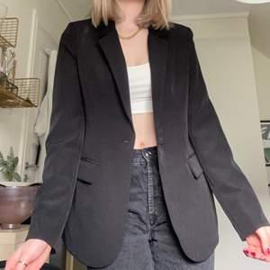Fin och bekväm svart kavaj/blazer i storlek 38. Säljer då den inte kommer till användning. Skriv för fler bilder