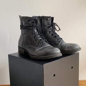 Ett par annorlunda varma stövlar från Rieker, i skinn och fårull. M. I storlek 38, jag brukar ha storlek 39 på fötterna så skorna är något stora i storlek.