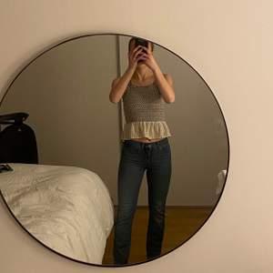 Jeans från Levis, sparsamt använda, kommer tyvärr inte till användning längre dock. Modell: 314 shaping straight. Mid-waist. Original pris runt 1000. Köparen står för frakt. Eftersom de är stretchiga passar de upp till storlek 36 skulle jag säga.