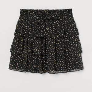 Fin svart volang kjol från H&M. Mycket fint skick (nästan aldrig använd). Storlek S.