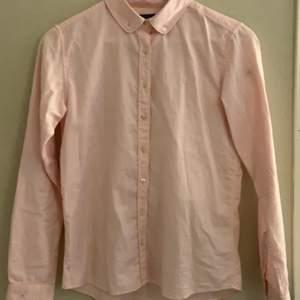 Säljer nu min fina ljus rosa skjorta som tyvärr inte kommer till användning!💕 sitter som en xs/s och köparen står för frakt!