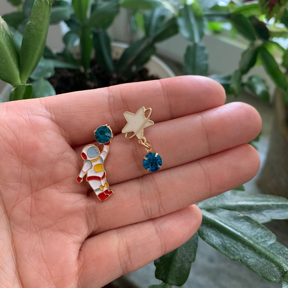 astronaut och stjärna örhängen i nyskick, oanvända, 60kr inklusive frakt 🧑🏼🚀🪐🚀. Accessoarer.