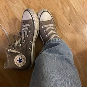 Snygga brungråa converse, jättefin färg! Säljer pga att de inte kommer till användning lärnge. Använt skick men går att fräscha upp genom tvätt! Kan fraktas eller mötas upp😇💖
