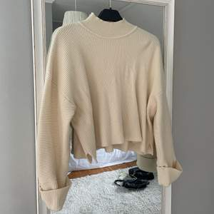 Säljer denna vita stickade tröja, från Mango i storlek Small. Frakt tillkommer på 66kr🥰