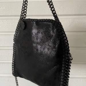 Vill sälja bort väskan så snabbt som möjligt🦋  Säljer inte under 350kr!!!!  Direkt köp 500kr🤝 (lånade bilder)