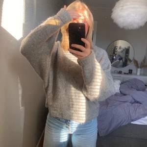 Så mysig och snygg stickad tröja från hm, den är väldigt tjockt stickad och varm😍 Storlek M men sitter bra på mig som vanligtvis brukar ha S oxå!!