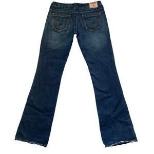 True Religion Mens Jeans. Säljer 2 andra Truies på min profil :) Rak fit och låg midja. Midjemått: 40cm. Innerbens längd: 85cm. Skick: 10/10