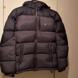 Hej! Säljer nu en väldigt fräsch jacka som jag köpt på plick men har nu en ny. Jackan passar mig med storlek S. Kan även passa någon i storlek xs! Den har inga fel alls och ser knappt använd ut.