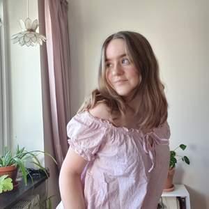 Väldigt söt rosa blus i storlek 36. Går att bära off-shoulder och som t-shirt. Broderade blommor över hela och volang/puff i ärmar och midja.🌸