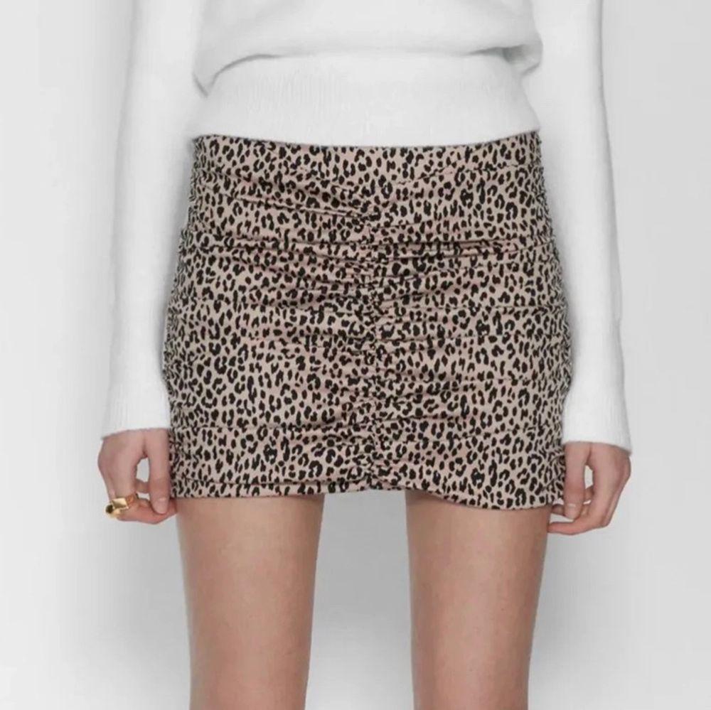 Leopardmönstrad tight kjol, har sömmar bak och fram som är väldigt smickrande🤍  Storlek S med dragkedja i sidan 🤍. Kjolar.
